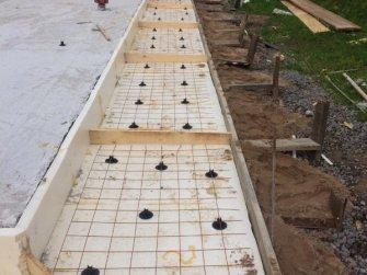Каркас отмостки перед заливкой бетоном